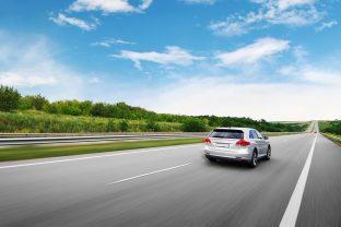 Per ridurre i consumi, adatta il tuo stile di guida alla strada