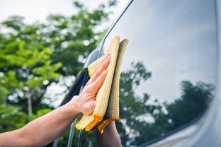 Pulizia del parabrezza, dei fari e degli specchietti retrovisori: una questione di sicurezza
